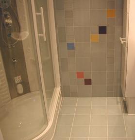 Badezimmer fliesen pfeifer platten und for Glasfliesen bad
